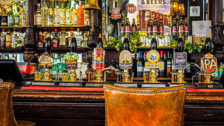 Traditional English Pub | © Claudio Divizia/Shutterstock
