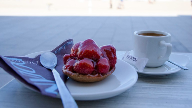 Breakfast by the beach at Dodin/ Courtesy of Dodin Biarritz