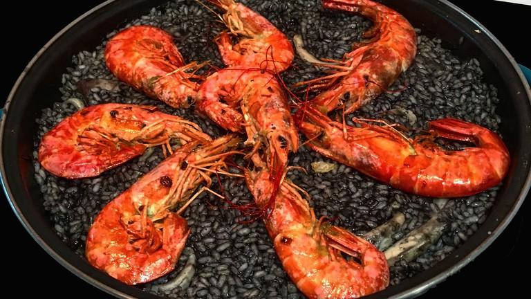 Paella negra - black paella - is a speciality at Mar de Plata; tpf1959, pixabay