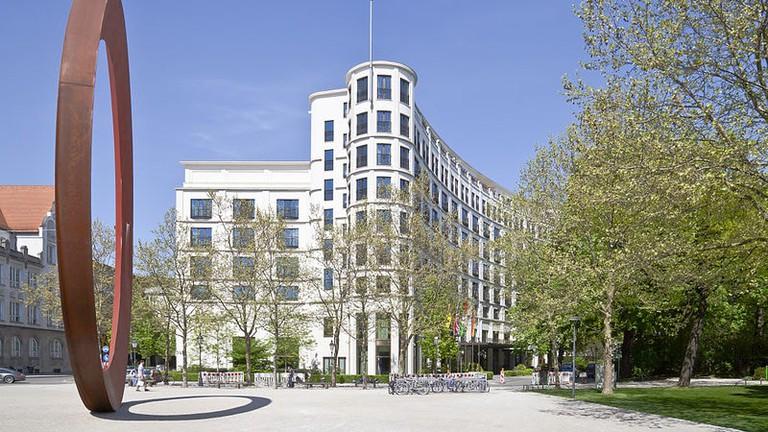 800px-El_Anillo_y_el_hotel_Charles,_Múnich,_Alemania,_2012-04-30,_DD_01