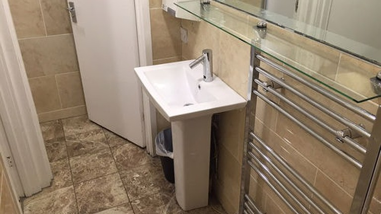 A bathroom at London Waterloo Hostel