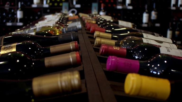 https://pixabay.com/en/wine-wines-wine-bar-drink-2933943/