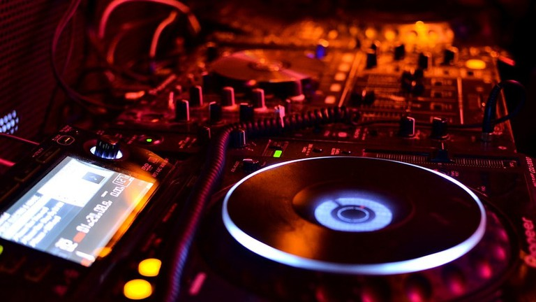 A live DJ keeps the party going | © Pixabay