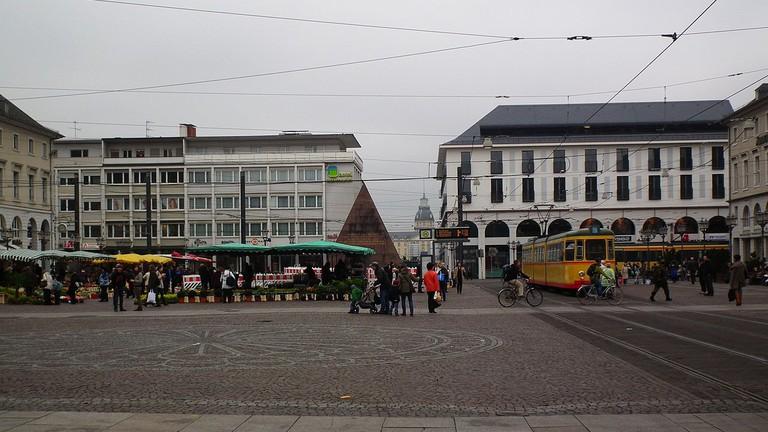 1280px-Marktplatz_Karlsruhe_Februar_2012