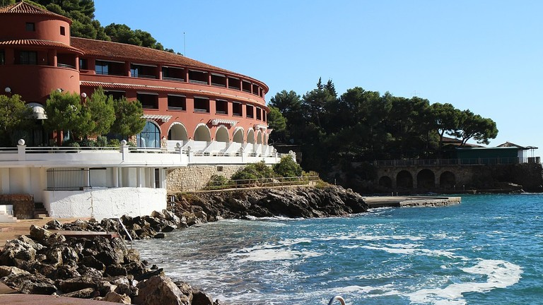 1280px-Monte_Carlo_Beach_Hotel_2013_(11210148916)