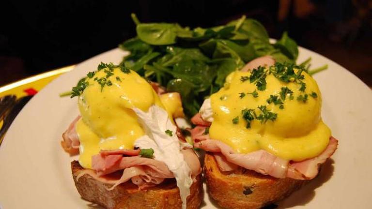 Eggs benedict on olive bread