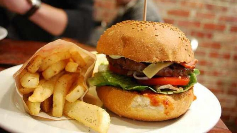 Crispy Bacon and Cheese Burger, Snack Fries