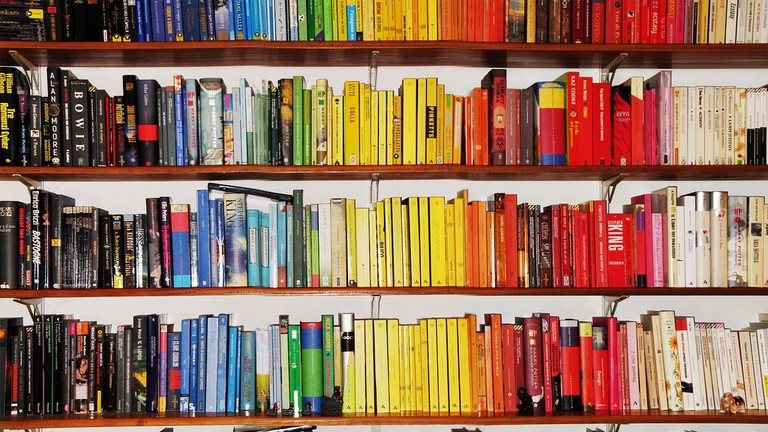 Bookshelf full of colourful books © Pietro Bellini / Flickr