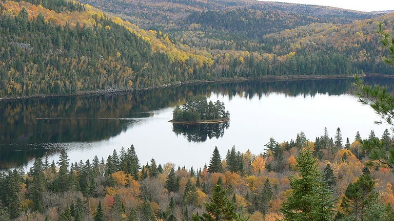 https://commons.wikimedia.org/wiki/File:Ile-aux-pins_in_Lake_Wapizagonke_in_La_Mauricie_National_Park_with_original_colour.JPG