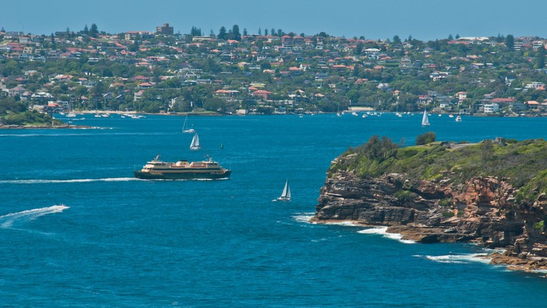 Manly ferry passes Middle Head © Graeme Churchard / Flickr