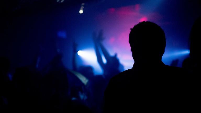 silhouette-music-light-people-night-crowd-596314-pxhere.com (1)