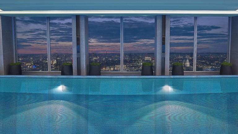 skypool-by-night-shangri-la-hotel-at-the-shard-london-1024x748
