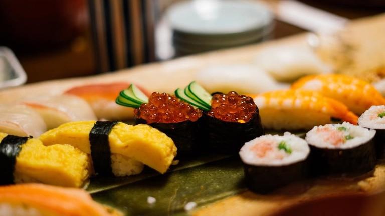 closeuo-sushi-plate