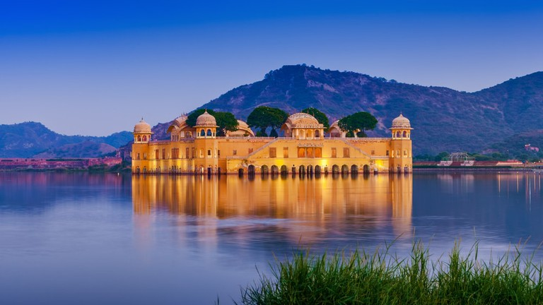 The palace Jal Mahal at night, Jaipur, Rajasthan, India | © photoff/Shutterstock