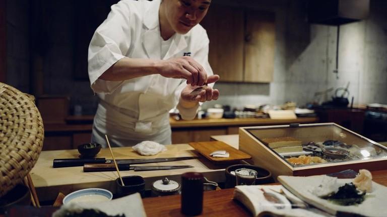 chef-sushi-table-restaurant