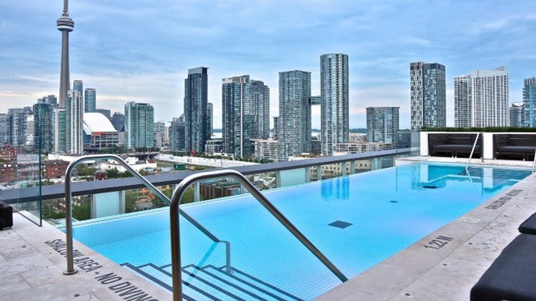 1.-Rooftop-Pool-at-the-Thompson-Toronto-650x433