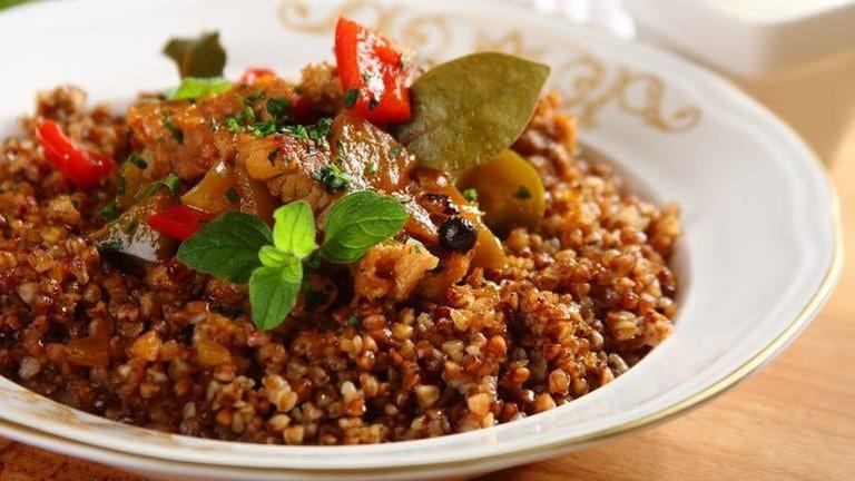 Pork stew with grits buckwheat, coleslaw with pickled cucumber | © Restauracja Renesans