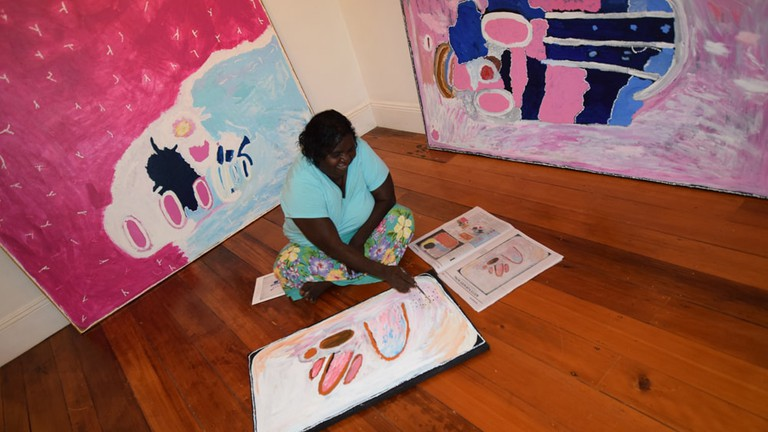 Kitty Simon painting at the Cooee Art Gallery © Cooee Art Gallery