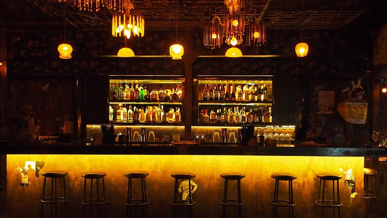the bar and cool ambiance in No Màs, Ubud, Bali