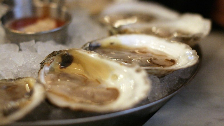 Plate of fresh oysters © Jules Morgan / Flickr