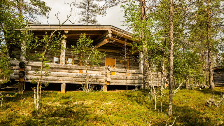 Kakslauttanen_East_Village_2pers_large_cabin_outdoors_summer