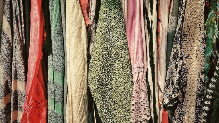 Rummage for second-hand clothes | © LoboStudioHamburg / Pixabay