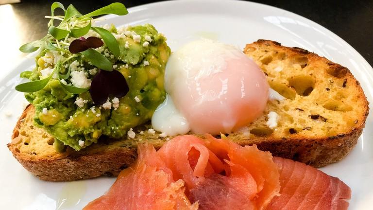 Avocado, salmon and egg on toast © Katherine Lim / Flickr