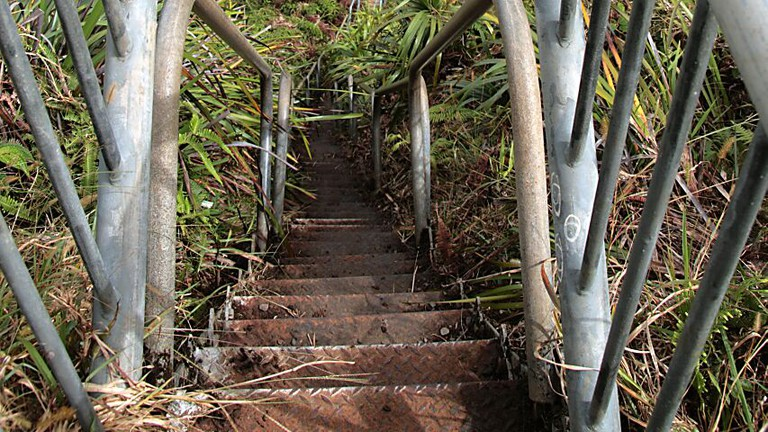 Looking down the haiku stairs at the H3 highway and Kaneohe   © Brock Roseberry/Flickr