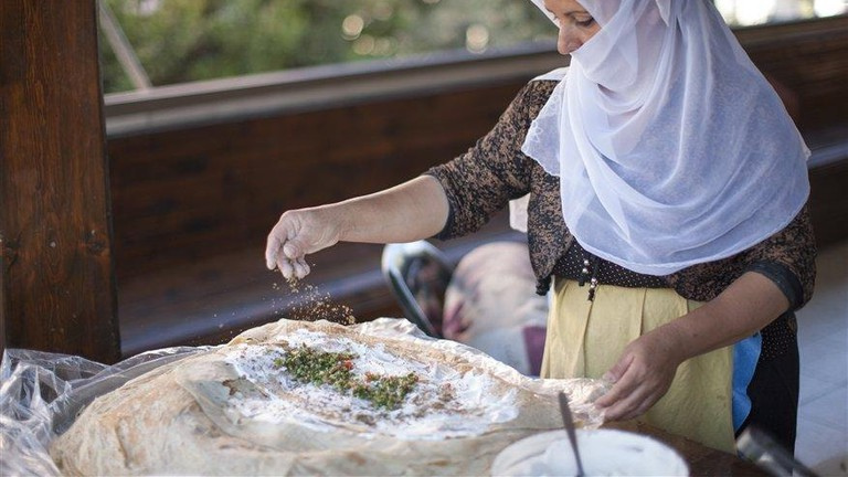 PN12IGA02320_Itamar Grinberg Druze woman preparing a traditional dish_norm