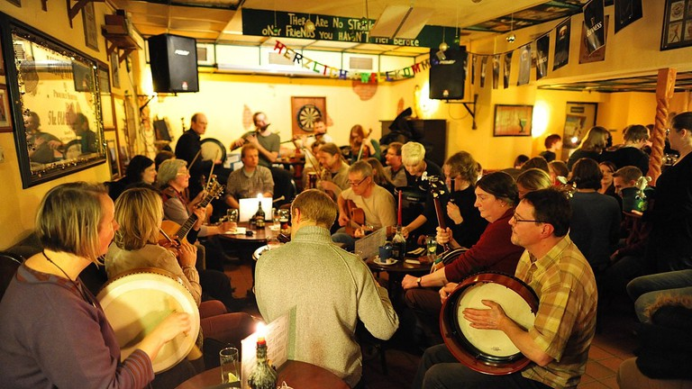 1200px-Irish_Folk_session_The_Old_Dubliner_Hamburg_337-0007-hinnerk-ruemenapf