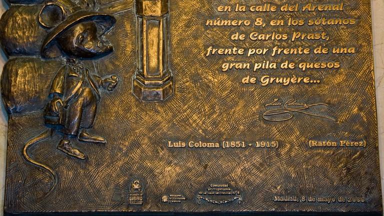 A comemmorative plaque outside the Ratón Pérez museum