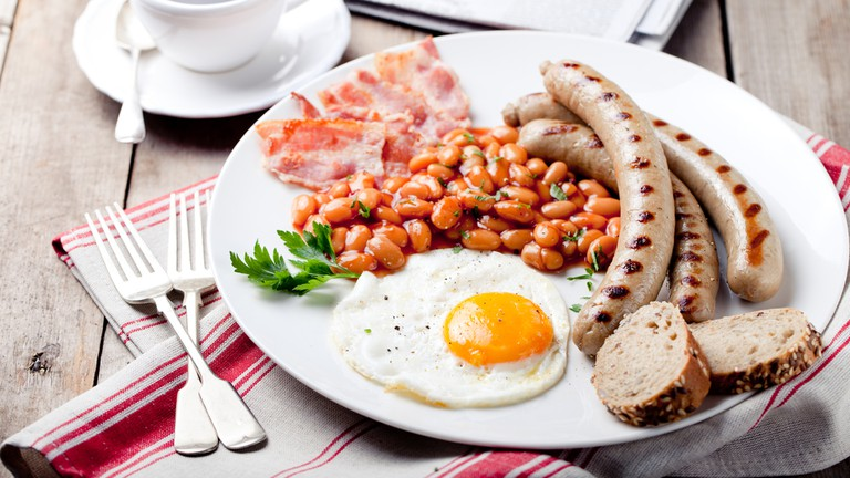 Fried egg with beans, bacon and grilled sausages