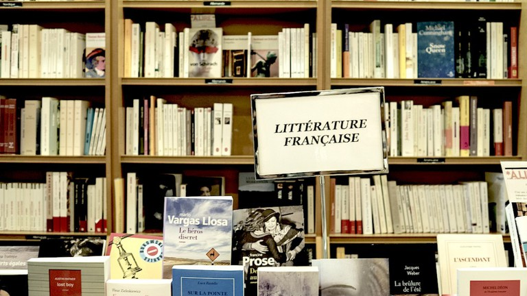 It offers a wide selection that includes a large range of French literature