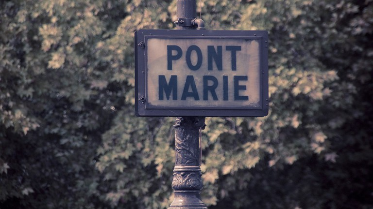 A sign for the Pont Marie