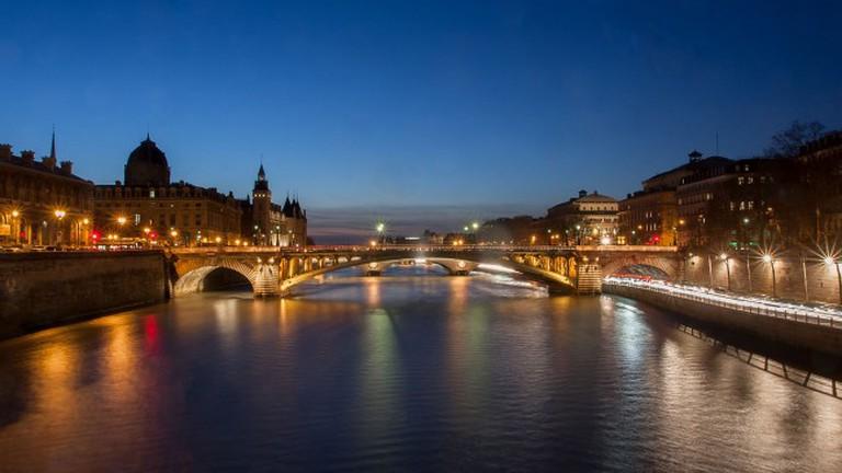 seine_river_tribunal_de_commerce_and_pont_notre-dame_paris_2014-650x433