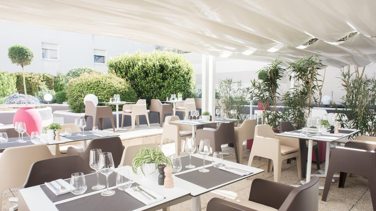 Relax on the terraces of Hotel Mercure Bordeaux