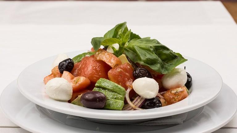 https://pixabay.com/en/italian-salad-basil-salad-tomatoes-2156726/