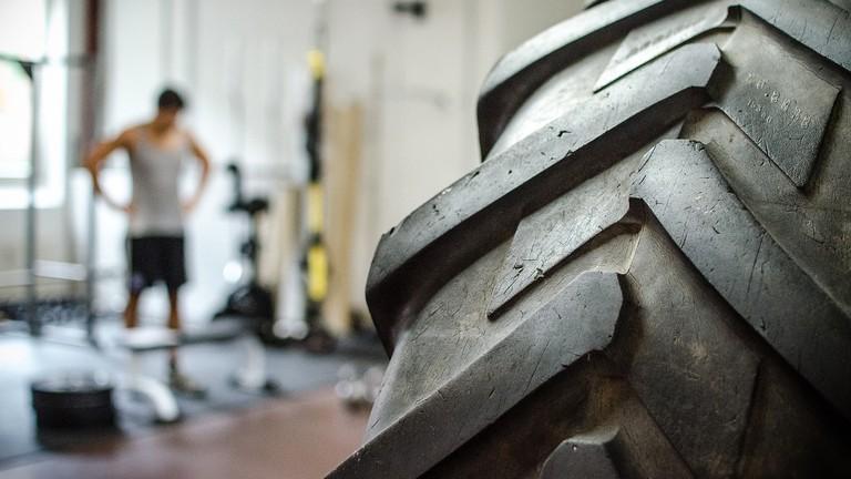 Tyre in a gym © Gregor / Flickr
