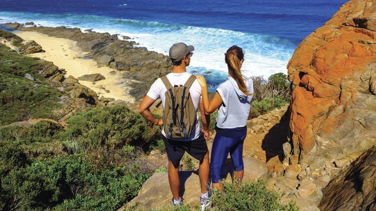 Couple on the Cape to Cape trail © Tourism Western Australia