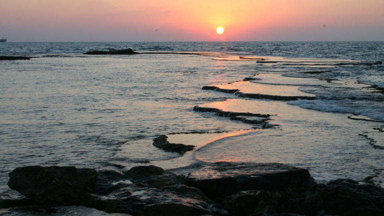 Caesarea Sea Courtesy of WiikiCommons| אלון שטרסמן