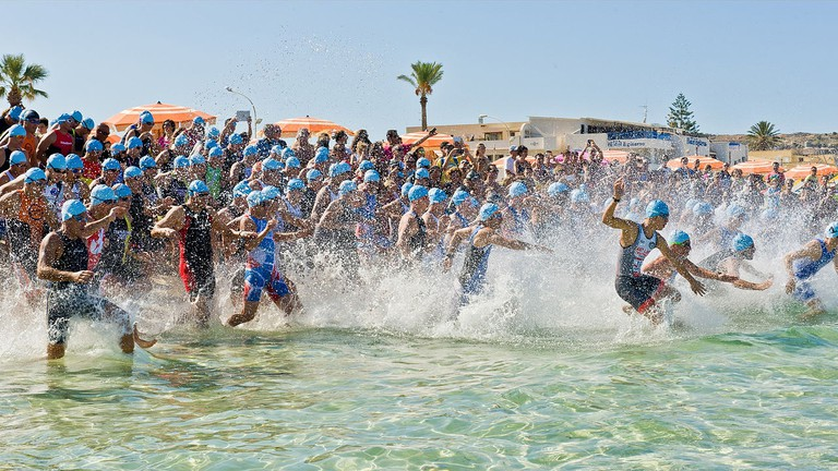 https://commons.wikimedia.org/wiki/File:D7C3714_bis_Triathlon_San_Vito_Lo_Capo_2014.jpg