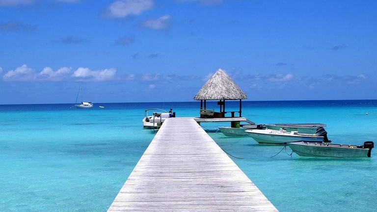 Pier and blue lagoon on Rangiroa Atoll, French Polynesia │© dany13