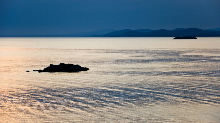 Discrete waves on an empty sea at sunset | © Horia Varlan / Flickr
