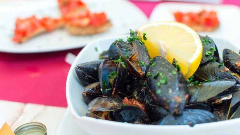 Find fresh mussels off the Indian Ocean | © Christopher Carson / Unsplash