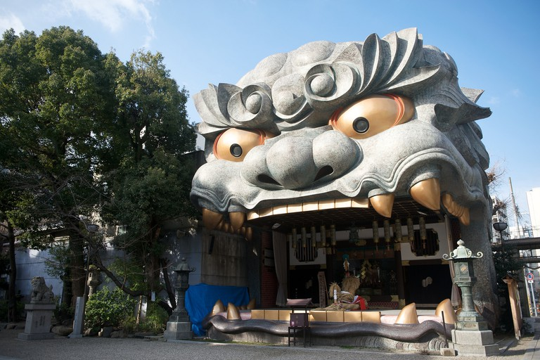 The lion head at Nambayasaka Shrine.