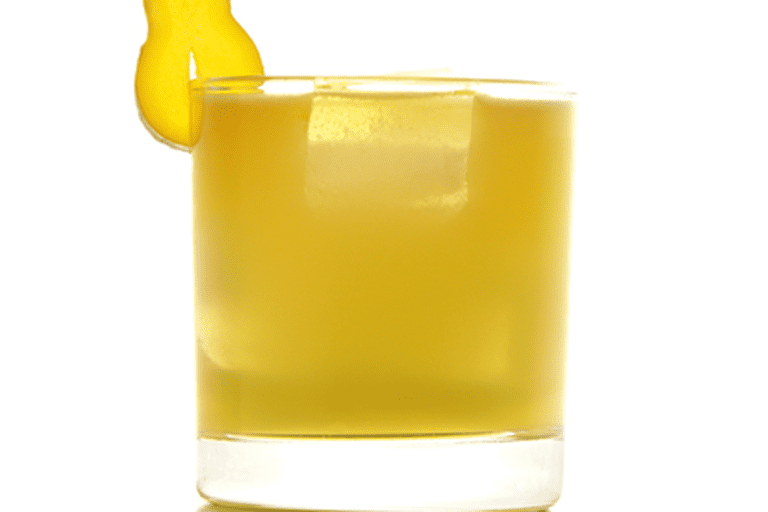Penicillin (cocktail), garnished with a slice of ginger| © Matthias Friedlein/wikicommons