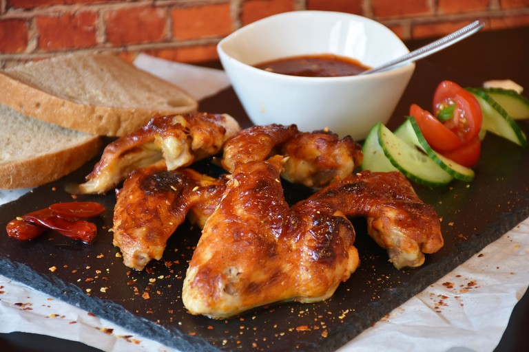With a long list of different sauces and dips to choose from Wings offers up the full American experience / Pixabay