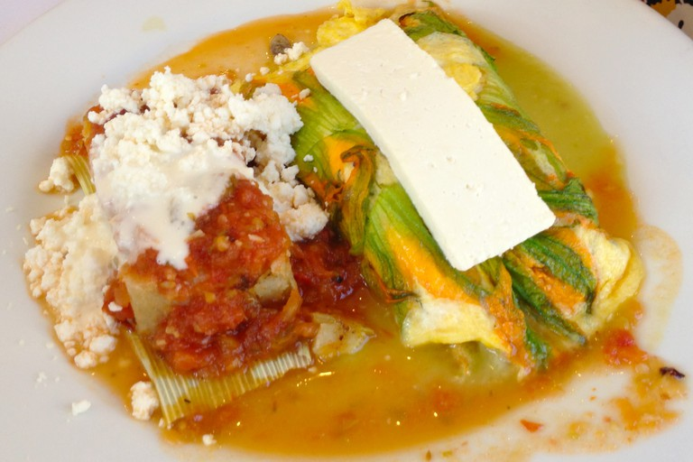 Eggs and tamales at El Cardenal | © LWYang/Flickr