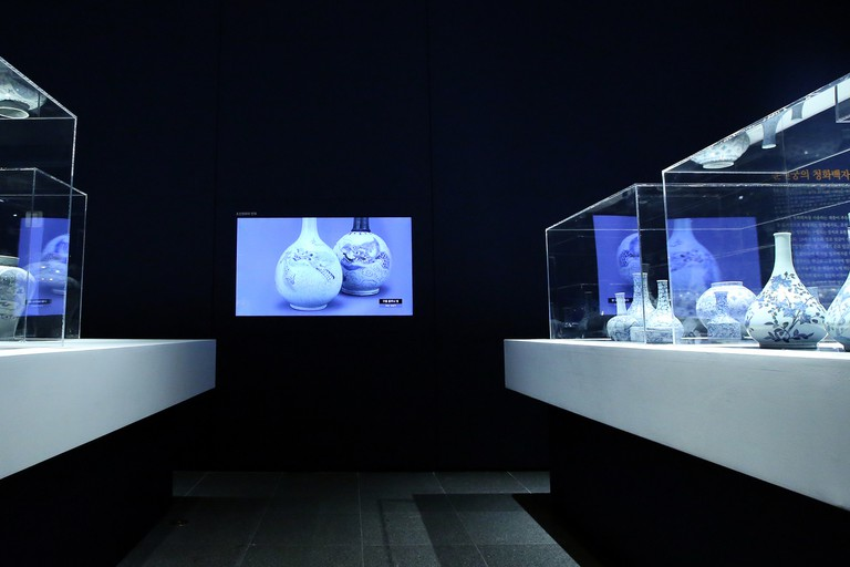 In Blue and White : Porcelains of the Joseon Dynasty
