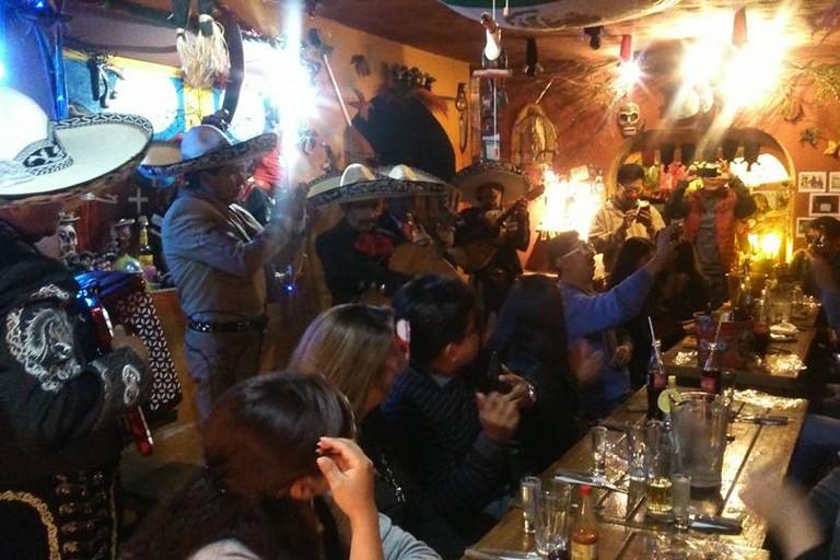 Noche de mariachis en la cueva